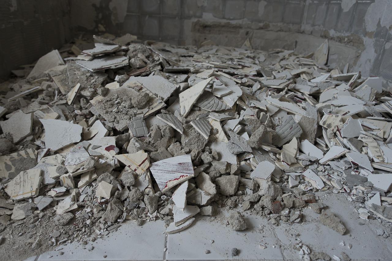 Jak poradzić sobie z gruzem w czasie budowy lub remontu domu?